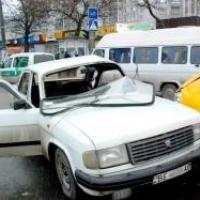 """Напротив концертного зала """"Волга"""" врезалась в маршрутку с пассажирами"""