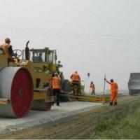 Обочины отремонтированного Красноярского тракта укрепили щебнем
