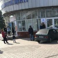 Омич на «ВАЗе» врезался в ТВЦ «Каскад»