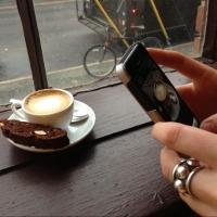 29-летняя омичка украла смартфон со столика в летнем кафе