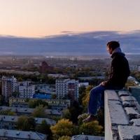 В Омске подросток упал с крыши девятого этажа