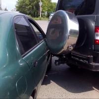 В Омске водитель «УАЗа» не заметил легковушку и спровоцировал ДТП