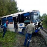 В Омской области автобус с пассажирами стянуло в кювет