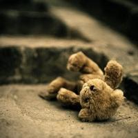 В Омске прохожий поймал ребенка, которого отец выбросил с 3 этажа
