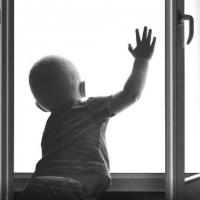 В Омске осудили мать выпавшего из окна ребёнка