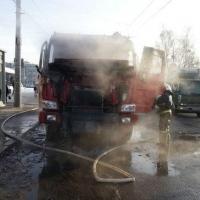 Грузовик сгорел на одной из остановок Омска