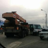 В центре Омска автокран врезался в маршрутку с пассажирами