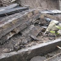 В Омске похитителей металла придавило стеной
