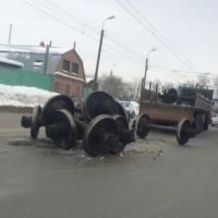 На одной из омских улиц из грузовика вылетели колесные пары от ж/д вагонов