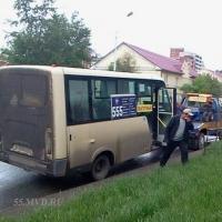 В Омске водитель маршрутки с 10 пассажирами пытался скрыться от полицейских