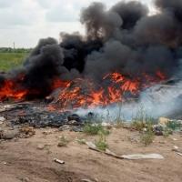 В Омске потушили воспламенившуюся несанкционированную свалку