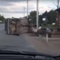 Пьяный водитель не поделил дорогу с ограждением на ж/д переезде в Омске