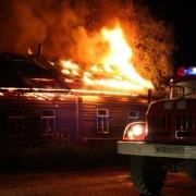 В центре Омска загорелись два частных дома