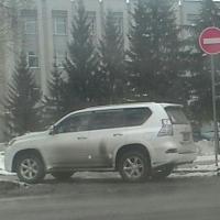 Омский автохам припарковал джип на тротуаре прямо возле районной администрации
