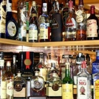 Омич украл 30 бутылок элитного алкоголя и раздавал его на остановке прохожим