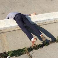 Новым омским мемом может стать парень, лежащий на набережной
