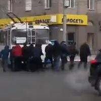 Омичи вытолкали с проезжей части сломавшийся автобус