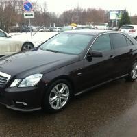 Омская автоледи не стала смотреть, как за долги увозят её Mercedes