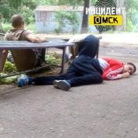 Жители Омска сфотографировали трех наркоманов на заборе