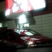 В Омске пьяная автоледи угрожала разбить витрину KFC