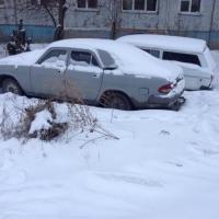 В Омске девушке на «четверке» удалось вытащить застрявшую в сугробе машину
