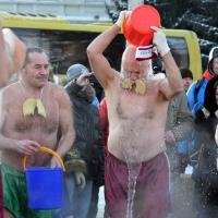 На Рождественском полумарафоне в Омске «моржи» показали шоу с обливанием