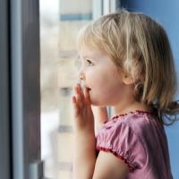 В Омске семилетняя девочка упала с восьмого этажа