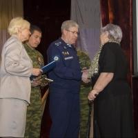 Медаль погибшего фронтовика вручили племяннице в Омске