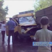 Маршрутное такси столкнулось с грузовиком