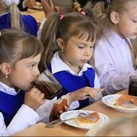 Оплату картами за обеды введут еще в 10 школах Омска