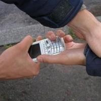 58-летний житель Омска украл телефон у подростка