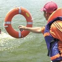 У Фрунзенского моста из реки спасли мужчину