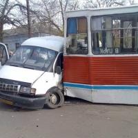 В Омске в Октябрьском округе ГАЗель столкнулась с трамваем