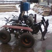 В Омске автомобиль сбил пенсионерку на тракторе