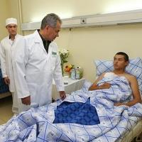Сергей Шойгу навестил в больнице Москвы десантников, пострадавших при обрушении казармы под Омском