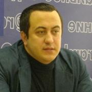 В Омске пьяный мужчина кинул урной в машину депутата Заксобрания
