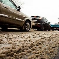 Омичи замечают, что реагент с дороги портит машины и обувь