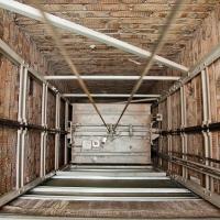В Омске монтажник упал в шахту лифта и погиб