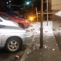 """В Омске у """"Атриум-кино"""" на парковку обрушилась крыша"""