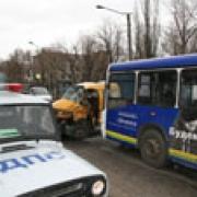 """В Омске автобус столкнулся с """"газелью"""""""