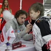 """Хоккеисты омского """"Авангарда"""" раздали больше 2000 автографов"""