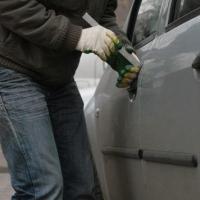 В Омске автомобиль обокрали, пока владелец вышел в магазин