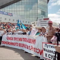 На митинге несколько тысяч омичей заполнили площадь перед СКК Блинова