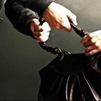 В Омске уголовник сломал женщине челюсть и отобрал сумку