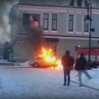 У музея в центре Омска сгорела иномарка