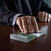 Омского чиновника подозревают в получении крупной взятки