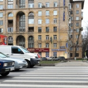 В Омске маршрутный автобус сбил ветерана напротив пенсионного фонда