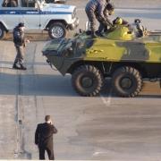 """""""Кит-интерьер"""" окружили вооружённые люди на БТРах"""