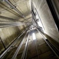 Две омички сорвались в шахту лифта с 11 этажа