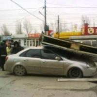 В Омске машина вылетела с кольца и подрубила рекламный щит
